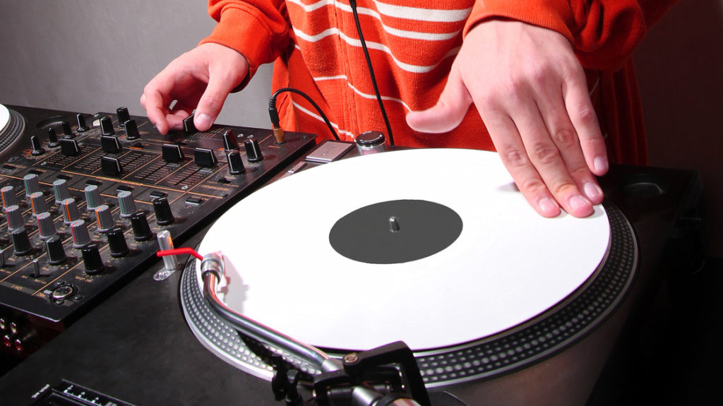 レコードDJの見事なスクラッチ プレイはDJの醍醐味の一つではあります