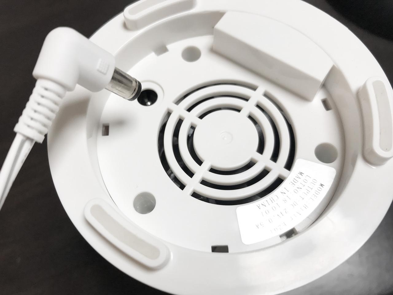 底面の電源ケーブル取り付けジャック。ケーブルが取り外せるので給水やお手入れの時も楽そうです