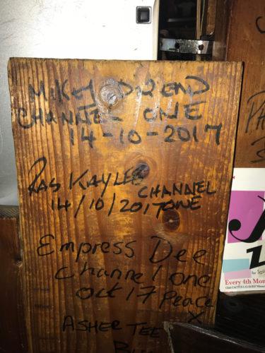 新宿 レゲエ・ダブ OPEN 店内にはレゲエ ビッグアーティスト達のサインも