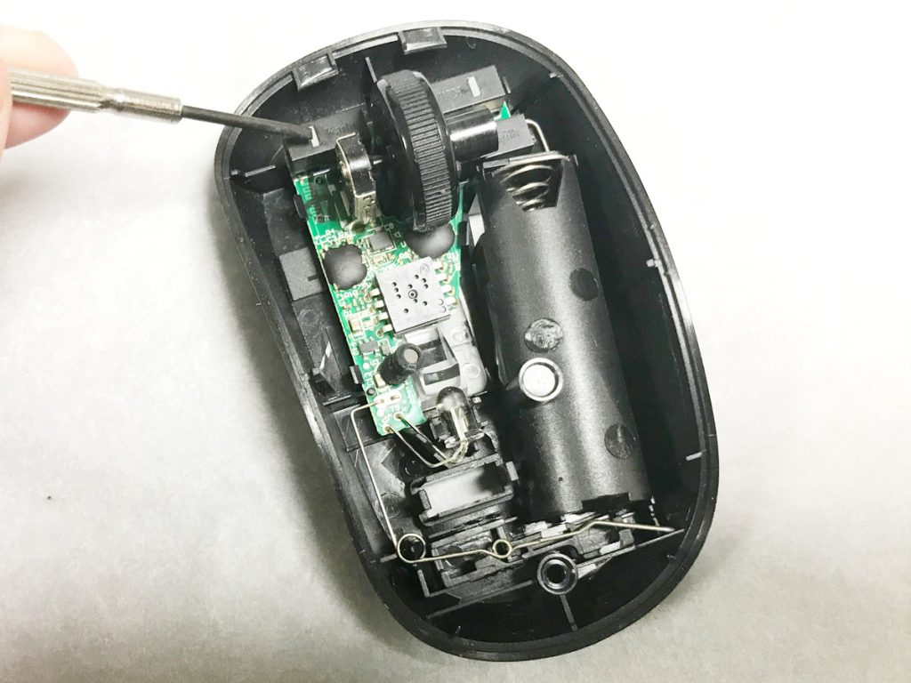 ドライバーの先端がマウスの左クリックスイッチ