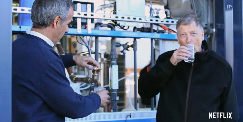 オムニプロセッサーで生産された飲料水を飲むビル・ゲイツ ※天才の頭の中:ビル・ゲイツを解読する 公式予告より