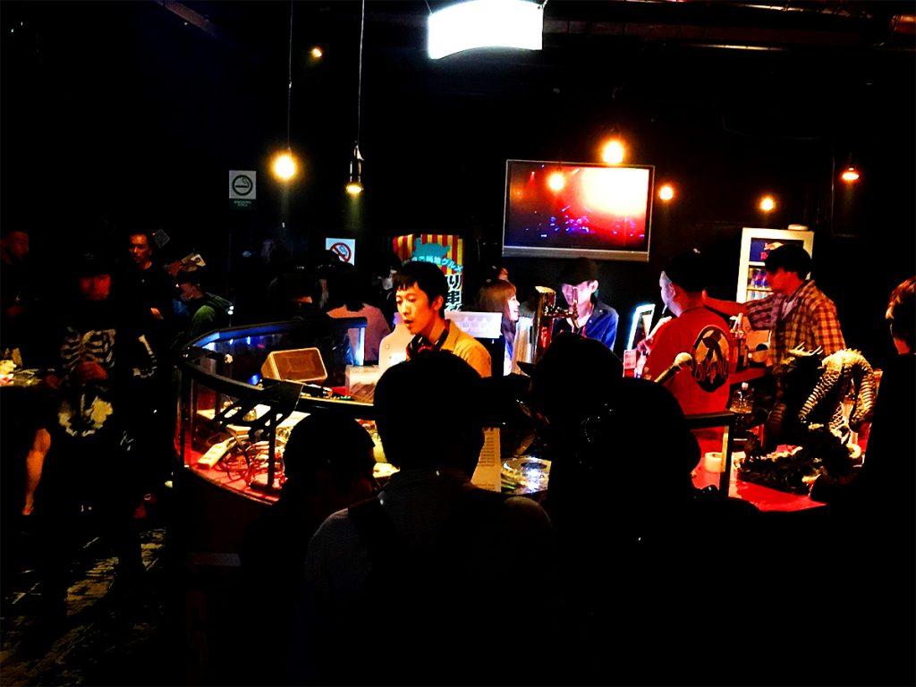 ロックDJ/Liveパーティ NUGGETS 1F BAR ラウンジ の様子