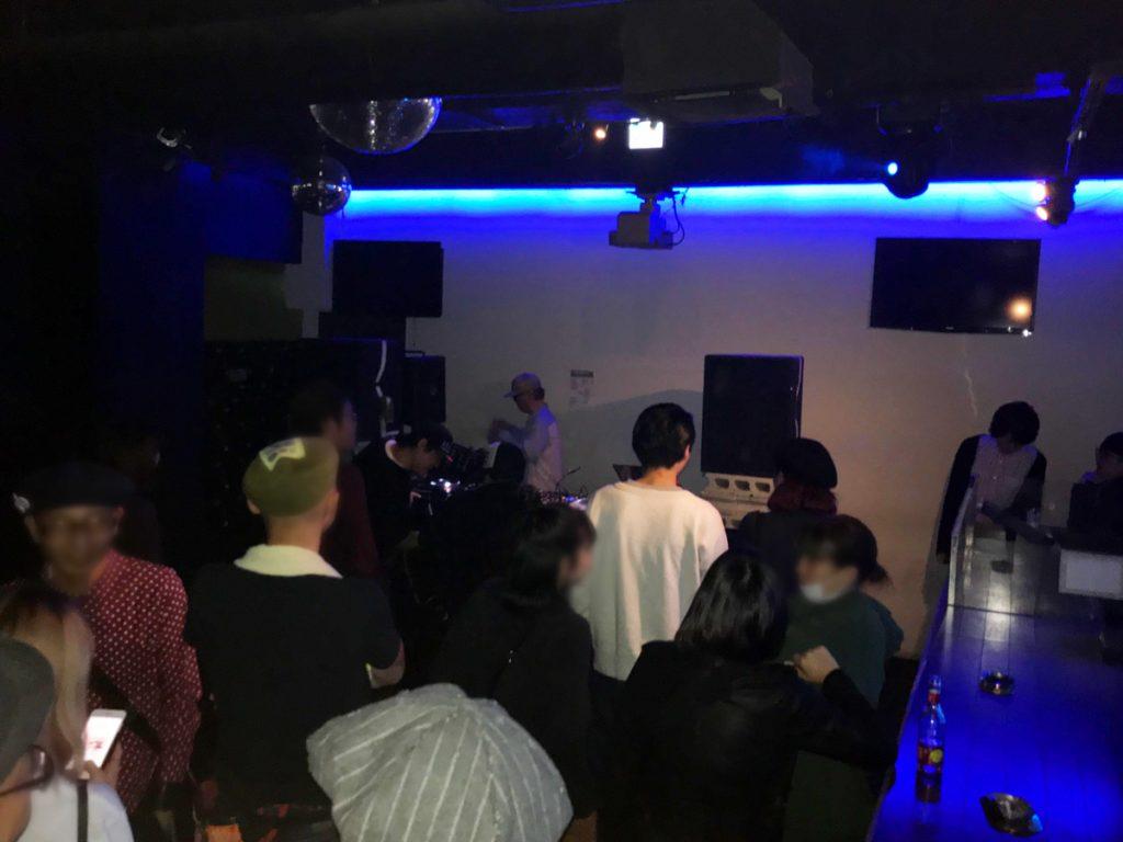 DJ 大貫憲章 フロアに集まるオーディエンス