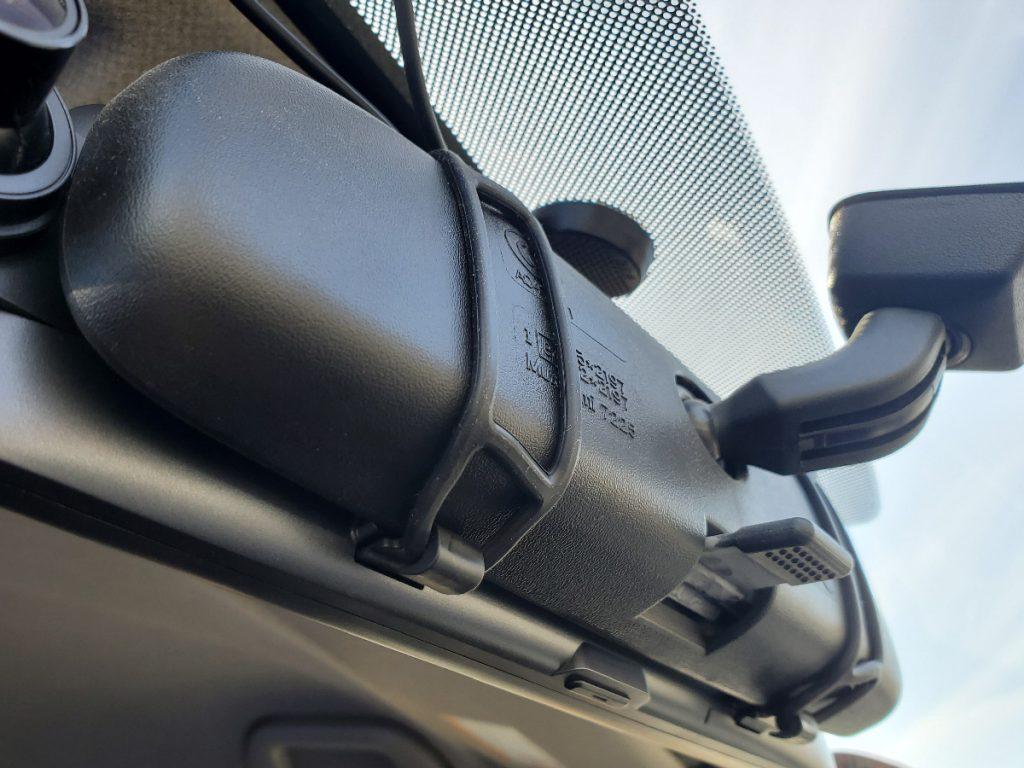 『AUTO-VOX ドライブレコーダーV5』本体の取り付けは付属のゴムバンドで2か所を固定するだけ