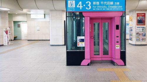 小田急線登戸駅 エレベーターも『どこでもドア』仕様