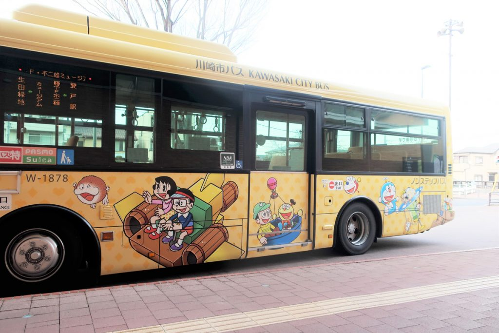 バスも『藤子・F・不二雄 キャラクター』のラッピング仕様