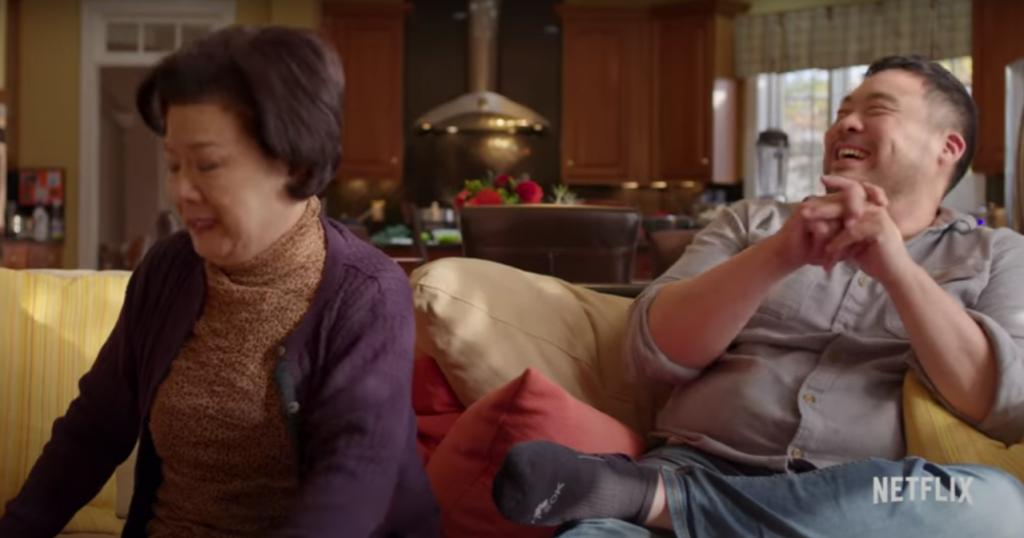 """左の人物がデイビッドのお母さん 『アグリー・デリシャス: 極上の""""食""""物語』予告動画より"""