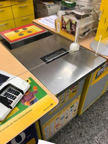 販売店のレジではポリカーボネートのプレートで飛沫対策がされています