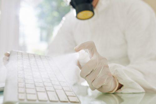 ガスマスク(?)に手袋までしてますが……。キーボードを掃除したいときの気持ちはこれくらい、という事で。(参考画像)