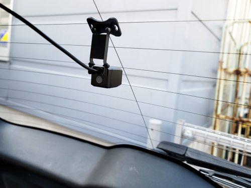 車内のリアガラスにシールで取り付けたAUTO-VOX V6付属のリアカメラ