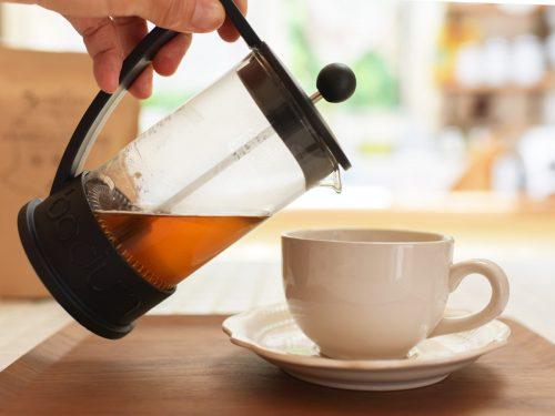 フレンチプレスでいれたCBDコーヒーを注ぎます。