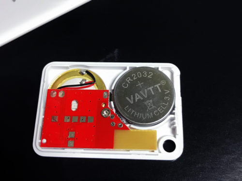 E-SKY キーファインダー KF06Aへ、電池は文字の書いてあるほうを上向きに取り付けます
