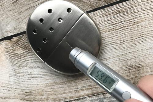 ハクキンカイロ  非接触温度計で表面温度を計ってみると 59.6度(摂氏)