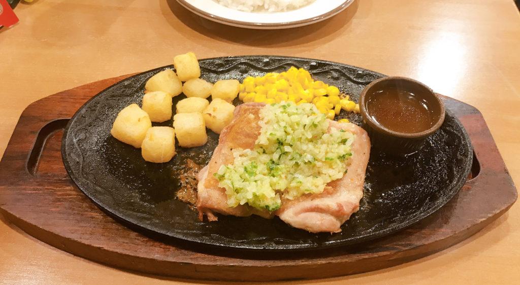 サイゼリヤ 若鶏のディアボラ風 とり肉、ポテト、付け合わせの野菜の三位一体。