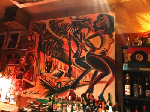 新宿 レゲエ・ダブ OPEN 壁面はアート、ポスター、レコードなどで溢れている