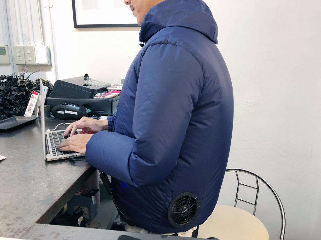 Vinmoriの空調服を着たまま、お店のレジで仕事をはじめる友人
