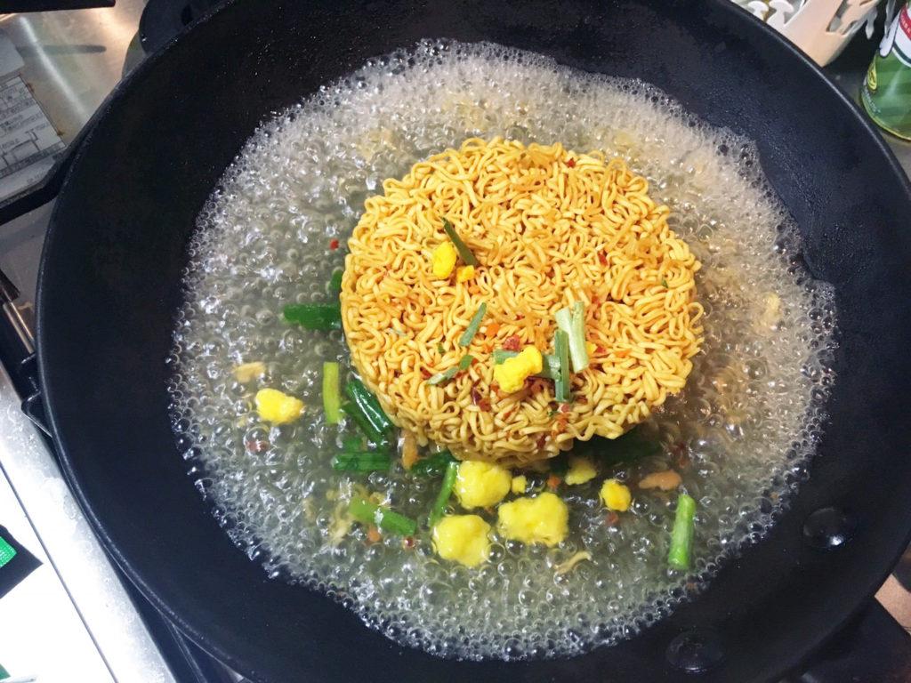 焼チキン 水が沸騰してきたら麺と具材を入れます